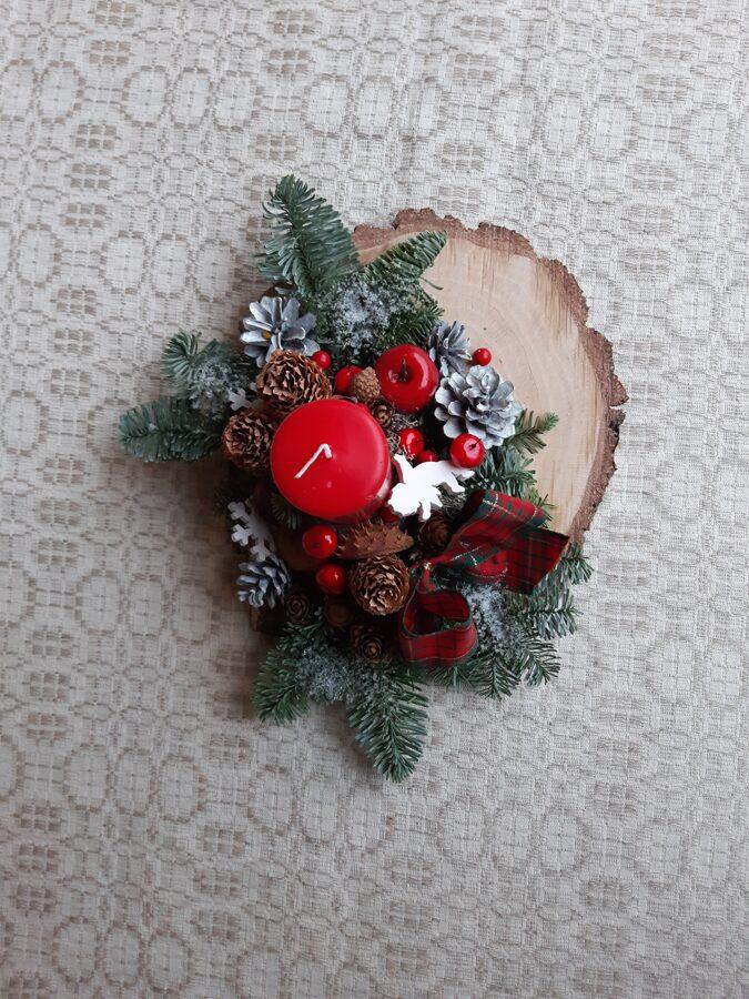 Ziemassvētku dekors uz koka ripas