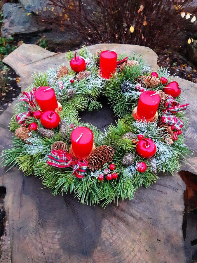 Adventes vainags ar sarkaniem dekoriem