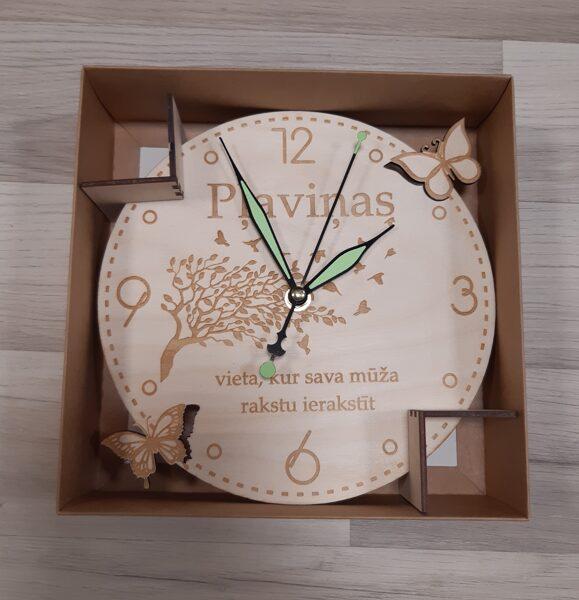 """Koka pulkstenis """"Pļaviņas - vieta, kur sava mūža rakstu ierakstīt"""""""